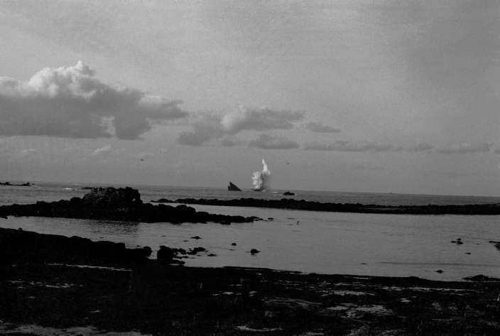Bombardement de l'épave au large de Porsall